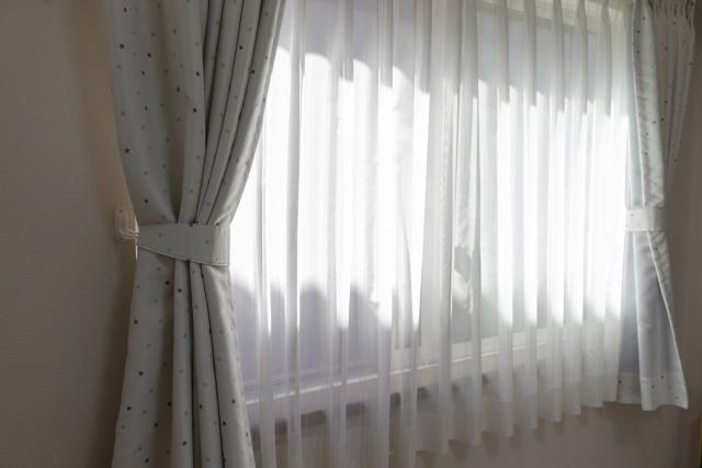カーテンの洗濯頻度は何回?カビ対策や干す時の注意点!