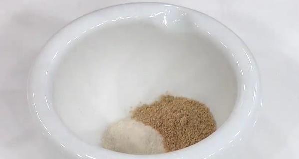 国産しいたけ茶と赤味噌パウダーを1:1の割合で混ぜ合わせます。