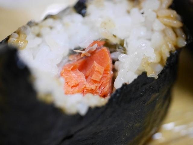セブン厳選米おむすび紅鮭切り身のカロリーと糖質量は?販売開始はいつから?
